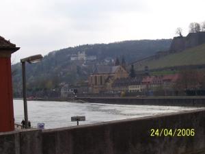 Würzburg - Blick auf das Käppele von der Mainbrücke aus , rechts die Marienburg