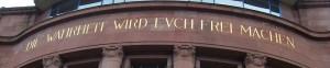 """""""Die Wahrheit wird euch frei machen"""" - Aufschrift an der Fassade der Universität Freiburg, Jesus, Bibel"""