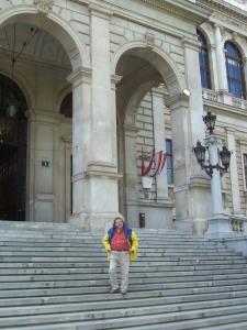 Vor der Universität Wien - Carl Gibson studierte hier im Jahr 1983 Politik