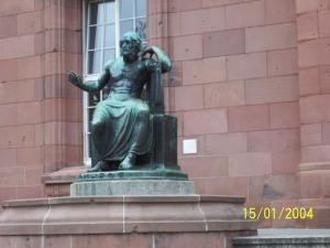 Homer vor der Universität in Freiburg