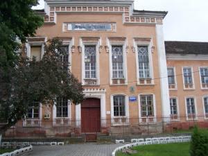 """""""Bildung ist Freiheit"""", Aufschrift an der deutschen Schule in Muehlbach, (Sebes) Transsylvanien, Rumänien"""