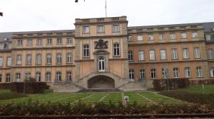 Neues Schloss Rückseite Wappen