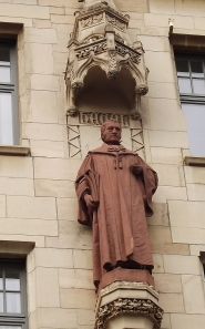 Über den Dingen - Philosoph GWF Hegel am Stuttgarter Rathaus