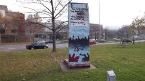 """Ein Gesicht der """"historischen Wahrheit"""" - Teilstück der """"Berliner Mauer"""" ausgestellt in Stuttart"""